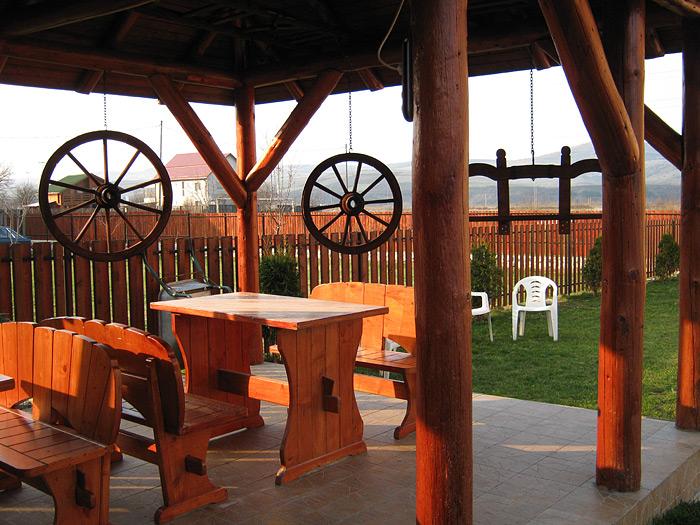 Foisorul de lemn din gradina Caminului de batrani Fileo